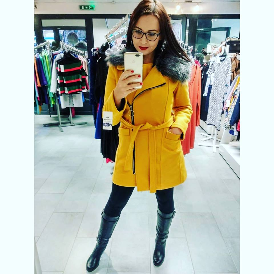 Zimní žlutý kabát s kožešinou